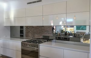 Kitchen glass splashbacks in tough mirror